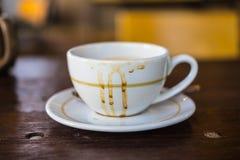 Weiße Farbe der Kaffeetasse leer und schmutzig nachdem dem Trinken lizenzfreie stockfotos