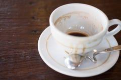 Weiße Farbe der Kaffeetasse leer und schmutzig nachdem dem Trinken lizenzfreie stockfotografie