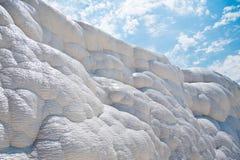 Weiße Felsen und Travertine von Pamukkale Stockfotografie