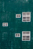 Weiße Fenster gegen die grüne Wand Stockbilder