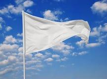 Weiße Flagge gegen den blauen Himmel stockfotos