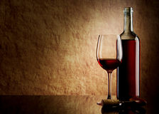 Weiße Flasche mit Rotwein und Glas und Korken Lizenzfreies Stockbild