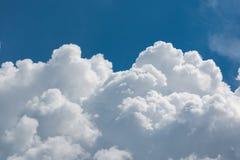 Weiße flaumige große Wolken gegen Himmel Stockfotografie