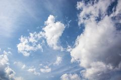 Weiße flaumige Wolken stockfotos