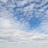 Weiße flaumige Wolken Stockfoto