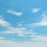 Weiße flaumige Wolken Lizenzfreies Stockbild