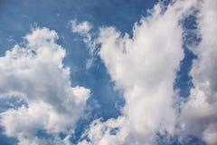 Weiße flaumige Wolken auf blauem Himmel lizenzfreies stockbild