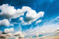 Weiße flaumige Wolken auf dem blauen Himmel Lizenzfreies Stockfoto