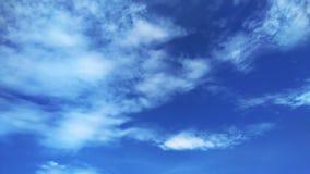 Weiße flaumige Wolken im blauen Himmel lizenzfreie stockfotos