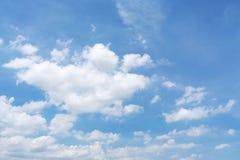 Weiße flaumige Wolken im blauen Himmel lizenzfreie stockfotografie