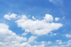 Weiße flaumige Wolken im blauen Himmel stockbild