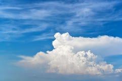Weiße flaumige Wolken im blauen Himmel stockfotografie