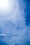 Weiße flaumige Wolken im blauen Himmel Lizenzfreies Stockbild
