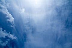 Weiße flaumige Wolken im blauen Himmel Stockfotos