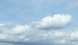 Weiße flaumige Wolken in Pale Blue Sky stockfoto
