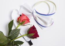 Weiße Fliege und Rosen Stockbilder