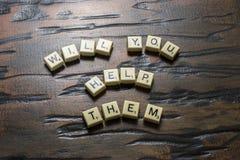 Weiße Fliese helfen Sie ihnen auf Woodgrain stockfotografie