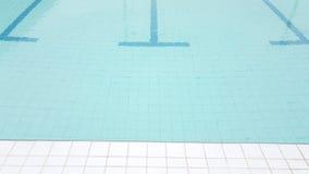 Weiße Fliese ist dazu vom Swimmingpool Stockbild
