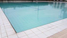 Weiße Fliese ist dazu vom Swimmingpool Stockbilder