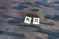 Weiße Fliese nein auf Woodgrain lizenzfreies stockfoto