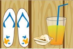 Weiße Flipflops, eine Muschel und ein Glas Orangensaft auf hölzernem Hintergrund Lizenzfreie Stockfotos