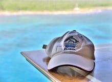 Weiße Florida-Baseball-Mütze mit Türkiswasser im Hintergrund stockfotografie
