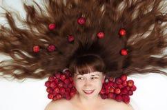 Weiße Frau mit dem langen Haar und den Äpfeln Stockfotografie