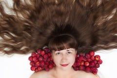 Weiße Frauen mit dem langen Haar und den Äpfeln Lizenzfreies Stockfoto
