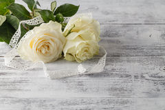 Weiße frische rosafarbene Blumen auf weißem Spitzehintergrund Stockbilder