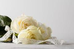 Weiße frische rosafarbene Blumen auf weißem Spitzehintergrund Lizenzfreie Stockbilder