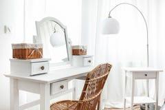 Weiße Frisierkommode mit Weidenelementen lizenzfreies stockfoto
