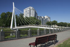 Weiße Fußgängerhängebrücke in Kharkov im Sommer Stockfotografie