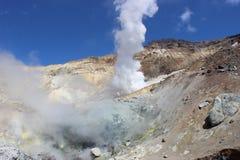 Weiße Fumarolen des Vulkans Mutnovsky Kamchatka Stockbild