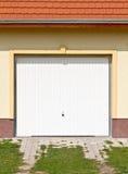 Weiße Garagetür Stockbilder