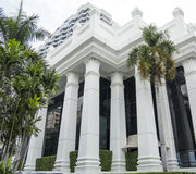 Weiße Gebäudefassade Lizenzfreie Stockfotografie