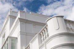 Weiße Gebäudefassade Stockfotografie