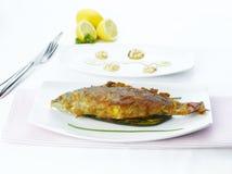 Weiße gebratene Fische auf Gemüse Lizenzfreie Stockfotografie