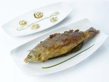 Weiße gebratene Fische auf Gemüse Lizenzfreies Stockfoto