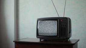 Weiße Geräusche auf analogem Fernseher im Raum stock video