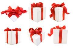 Weiße Geschenk-Kästen mit rotem Satin-Farbband-Bogen Stockfotos