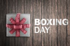 Weiße Geschenkbox eingewickelt mit rotem Band mit 26. Dezember-Zeichen Lizenzfreie Stockfotografie