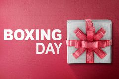 Weiße Geschenkbox gebunden mit rotem Band mit 26. Dezember-Text Lizenzfreies Stockfoto