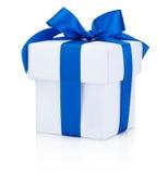 Weiße Geschenkbox gebundenes blaues Band lokalisiert auf weißem Hintergrund Stockfotografie