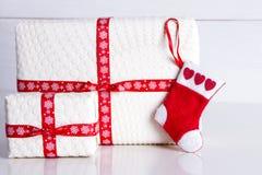 Weiße Geschenkbox mit Tupfen und Santa& x27; s-Socken Lizenzfreie Stockfotos