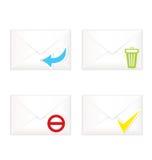 Weiße geschlossene Umschläge mit Abfallkennzeichen-Ikonensatz Stockfotos