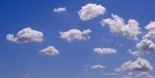 Weiße geschwollene Wolken Lizenzfreie Stockfotografie