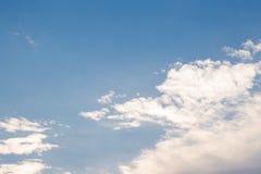 Weiße geschwollene Wolken Stockfotografie