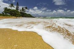 Weiße Gischt, die oben auf Ufer sich wäscht Lizenzfreies Stockfoto
