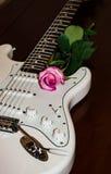 Weiße Gitarre mit einem rosa stieg auf der Seite des soundboard Lizenzfreies Stockbild