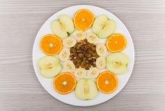 Weiße Glasservierplatte mit Scheiben von verschiedenen Früchten Lizenzfreies Stockfoto